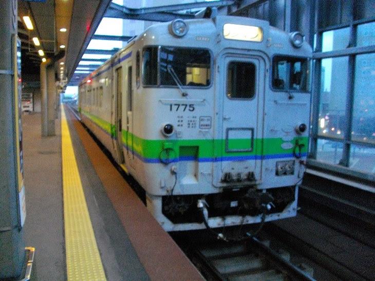高架なのに停まっているのは単行キハ40、このギャップこそ北海道らしい(帯広駅)