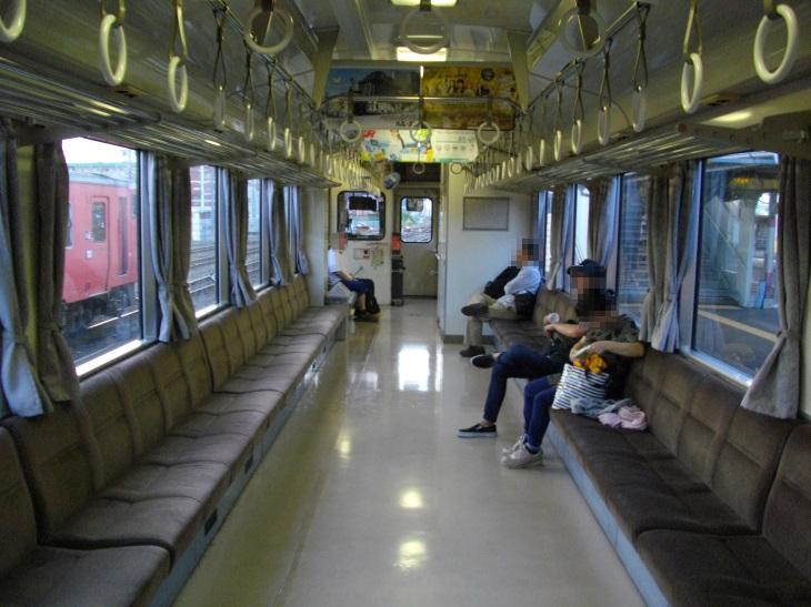 ロングシート(1日8往復1両編成)